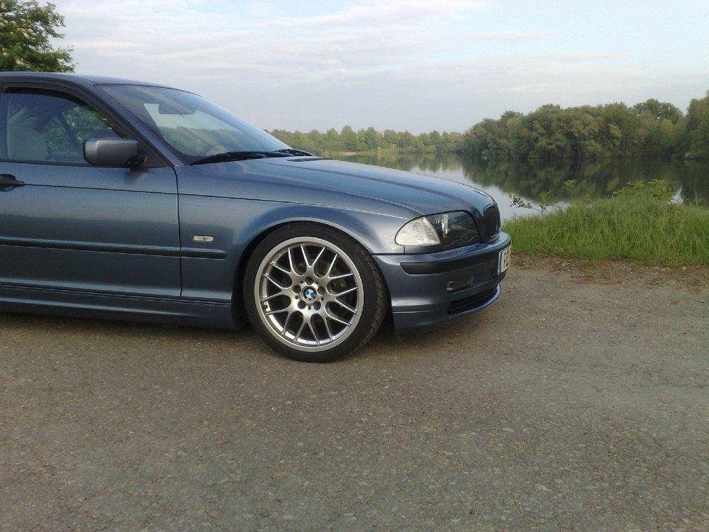 Tiefergelegte Limo in Stahlblau - 3er BMW - E46