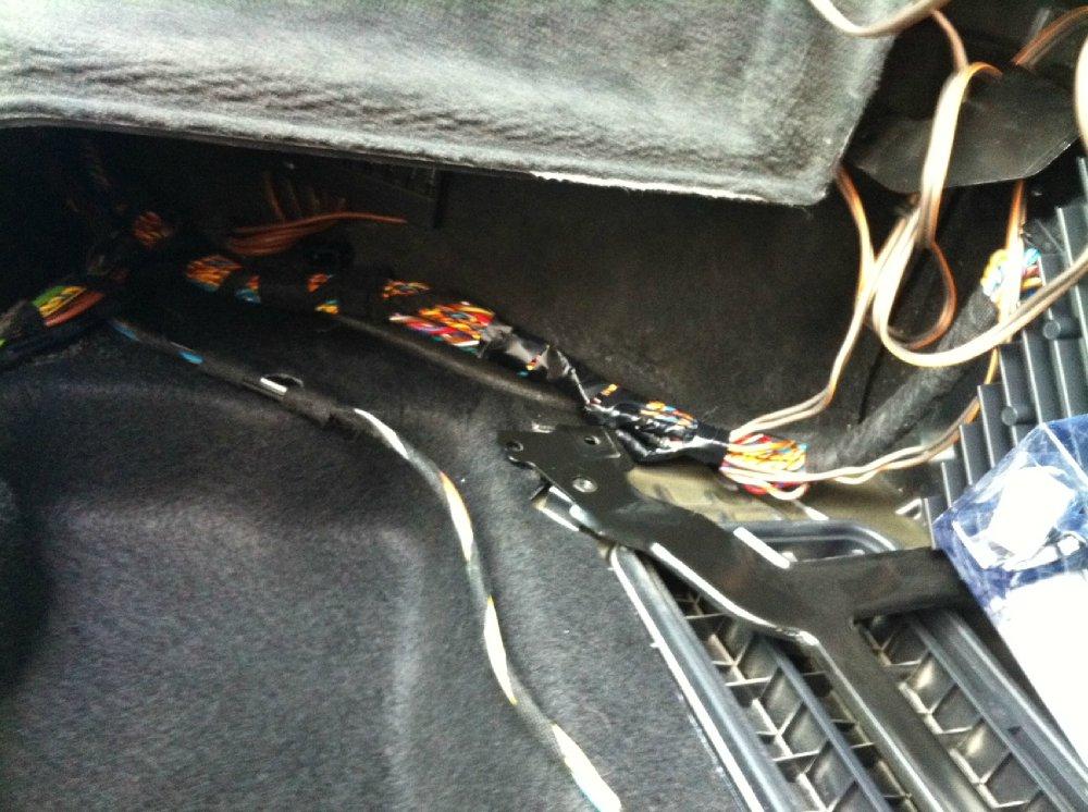 JL Audio 10W1v2 im E91 Staufach Kofferraum - Fotos von CarHifi & Multimedia Einbauten