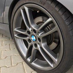 BMW M Performance  Felge in 8.5x18 ET  mit Hankook  Reifen in 245/35/18 montiert hinten mit 15 mm Spurplatten und mit folgenden Nacharbeiten am Radlauf: Kanten gebördelt Hier auf einem 1er BMW E87 120d (5-Türer) Details zum Fahrzeug / Besitzer