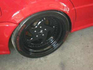 CarLine C6 Felge in 10.5x18 ET 07 mit Toyo R 888 Reifen in 285/30/18 montiert hinten mit 30 mm Spurplatten und mit folgenden Nacharbeiten am Radlauf: massive Aufweitung Hier auf einem 5er BMW E34 525i (Limousine) Details zum Fahrzeug / Besitzer