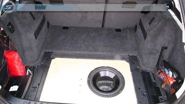 e91 subwoofer einbau dezent nach mass fotos von carhifi. Black Bedroom Furniture Sets. Home Design Ideas