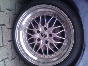 Kerscher KCS Felge in 8x18 ET 22 mit Pirelli PP Zero Reifen in 215/40/18 montiert vorn und mit folgenden Nacharbeiten am Radlauf: gebördelt und gezogen Hier auf einem 3er BMW E36 323i (Touring) Details zum Fahrzeug / Besitzer