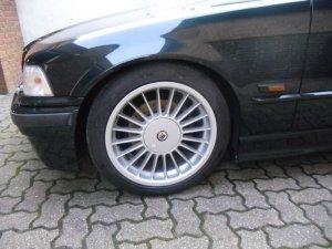 Alpina  Felge in 8x17 ET 41 mit Hankook  Reifen in 225/45/17 montiert vorn und mit folgenden Nacharbeiten am Radlauf: Kanten gebördelt Hier auf einem 3er BMW E36 320i (Limousine) Details zum Fahrzeug / Besitzer