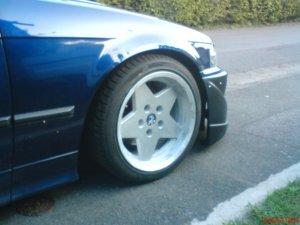 BMW Cromadora Felge in 8x16 ET 30 mit BMW Star Performer Reifen in 215/40/16 montiert vorn und mit folgenden Nacharbeiten am Radlauf: gebördelt und gezogen Hier auf einem 3er BMW E36 318i (Limousine) Details zum Fahrzeug / Besitzer