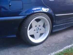 BMW Cromadora Felge in 8x16 ET 30 mit BMW Star Performer Reifen in 215/40/16 montiert hinten und mit folgenden Nacharbeiten am Radlauf: gebördelt und gezogen Hier auf einem 3er BMW E36 318i (Limousine) Details zum Fahrzeug / Besitzer