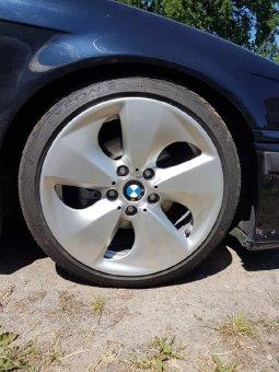 BMW Hybrid Felge in 8x17 ET 30 mit Syron Race Reifen in 205/40/17 montiert vorn und mit folgenden Nacharbeiten am Radlauf: Kanten gebördelt Hier auf einem 3er BMW E36 328i (Touring) Details zum Fahrzeug / Besitzer