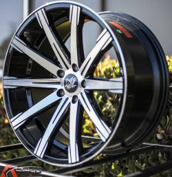 - NoName/Ebay - Inovit Revolve Felge in 8.5x20 ET 40 mit Pirelli  Reifen in 245/35/20 montiert vorn mit 15 mm Spurplatten Hier auf einem 5er BMW F10 550i (Limousine) Details zum Fahrzeug / Besitzer