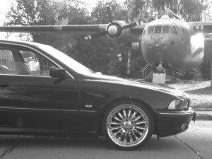 - NoName/Ebay - F5 Racing Felge in 8.5x19 ET 35 mit Hankook evo S1 Reifen in 235/35/19 montiert vorn mit 25 mm Spurplatten Hier auf einem 5er BMW E39 523i (Limousine) Details zum Fahrzeug / Besitzer