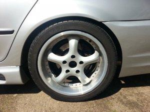 AEZ  Felge in 8.5x17 ET  mit Maxxis  Reifen in 235/40/17 montiert hinten mit 10 mm Spurplatten und mit folgenden Nacharbeiten am Radlauf: Kanten gebördelt Hier auf einem 3er BMW E46 323i (Limousine) Details zum Fahrzeug / Besitzer