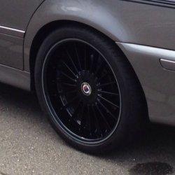 Alpina Classic 2 Felge in 9.5x19 ET 26 mit Pirelli Pirelli PZero silver Reifen in 285/30/19 montiert hinten mit 5 mm Spurplatten und mit folgenden Nacharbeiten am Radlauf: Kanten gebördelt Hier auf einem 5er BMW E39 525d (Touring) Details zum Fahrzeug / Besitzer