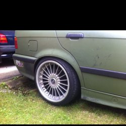 Alpina  Felge in 9x18 ET 20 mit Hankook Evo S1 Reifen in 215/40/18 montiert hinten und mit folgenden Nacharbeiten am Radlauf: Kanten gebördelt Hier auf einem 3er BMW E36 323i (Limousine) Details zum Fahrzeug / Besitzer