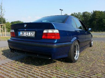 BBS RC090 Felge in 8x17 ET 20 mit Continental  Reifen in 215/40/17 montiert hinten mit 10 mm Spurplatten und mit folgenden Nacharbeiten am Radlauf: Kanten gebördelt Hier auf einem 3er BMW E36 320i (Limousine) Details zum Fahrzeug / Besitzer