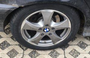 - NoName/Ebay - Wheelworld WH22 Felge in 7x16 ET 45 mit Goodyear efficientgrip performance Reifen in 205/55/16 montiert hinten mit 10 mm Spurplatten Hier auf einem 3er BMW E36 320i (Touring) Details zum Fahrzeug / Besitzer