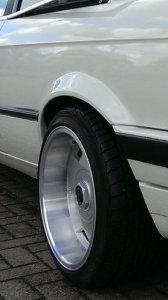 Borbet A Felge in 9x16 ET 15 mit Toyo  Reifen in 215/40/16 montiert hinten und mit folgenden Nacharbeiten am Radlauf: Kanten gebördelt Hier auf einem 3er BMW E30 320i (2-Türer) Details zum Fahrzeug / Besitzer
