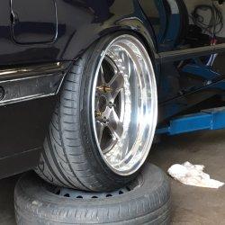 RH Felgen XD Felge in 11x18 ET  mit Hankook Ventus V12 Reifen in 255/35/18 montiert hinten mit 5 mm Spurplatten und mit folgenden Nacharbeiten am Radlauf: gebördelt und gezogen Hier auf einem 5er BMW E34 525i (Limousine) Details zum Fahrzeug / Besitzer