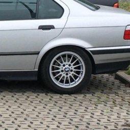 BMW Styling 32 Felge in 7x16 ET 46 mit Continental  Reifen in 225/50/16 montiert hinten mit 15 mm Spurplatten Hier auf einem 3er BMW E36 318i (Limousine) Details zum Fahrzeug / Besitzer