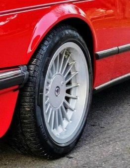 Alpina 3611628 Felge in 8.5x17 ET 13 mit Pirelli P9000 Reifen in 235/45/17 montiert vorn Hier auf einem 6er BMW E24 635CSi (Coupe) Details zum Fahrzeug / Besitzer