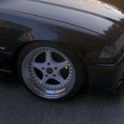 O.Z Mito 2 Felge in 8.5x17 ET 13 mit Hankook ventus Prime V12 evo 2 Reifen in 215/40/17 montiert vorn und mit folgenden Nacharbeiten am Radlauf: gebördelt und gezogen Hier auf einem 3er BMW E36 325i (Cabrio) Details zum Fahrzeug / Besitzer