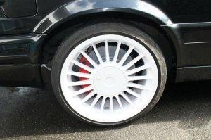 Alpina classic Felge in 8x17 ET 46 mit Dunlop SP Sport Maxx Reifen in 205/40/17 montiert hinten mit 20 mm Spurplatten und mit folgenden Nacharbeiten am Radlauf: Kanten gebördelt Hier auf einem 3er BMW E30 325i (Cabrio) Details zum Fahrzeug / Besitzer