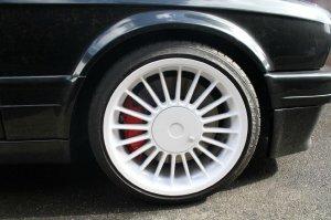 Alpina classic Felge in 8x17 ET 46 mit Dunlop SP Sport Maxx Reifen in 205/40/17 montiert vorn mit 35 mm Spurplatten und mit folgenden Nacharbeiten am Radlauf: Kanten gebördelt Hier auf einem 3er BMW E30 325i (Cabrio) Details zum Fahrzeug / Besitzer