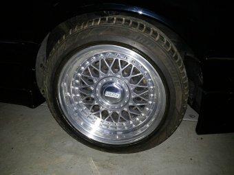 BBS RM Felge in 8x15 ET  mit Bridgestone Potenza Reifen in 205/50/15 montiert vorn und mit folgenden Nacharbeiten am Radlauf: Kanten gebördelt Hier auf einem 3er BMW E30 325i (4-Türer) Details zum Fahrzeug / Besitzer