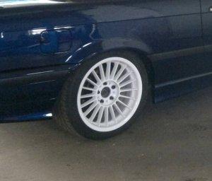 Alpina Classic weiß pulverbeschichtet Felge in 9x17 ET 46 mit Michelin Pilot Sport Reifen in 265/40/17 montiert hinten und mit folgenden Nacharbeiten am Radlauf: Kanten gebördelt Hier auf einem 3er BMW E36 325i (Cabrio) Details zum Fahrzeug / Besitzer