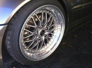Kerscher CS Felge in 9.5x18 ET 35 mit Hankook V12 Evo Reifen in 225/40/18 montiert vorn und mit folgenden Nacharbeiten am Radlauf: Kanten gebördelt Hier auf einem 3er BMW E46 328i (Touring) Details zum Fahrzeug / Besitzer