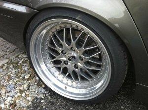 Kerscher CS Felge in 10.5x18 ET 35 mit Kerscher V12 Evo Reifen in 255/35/18 montiert hinten und mit folgenden Nacharbeiten am Radlauf: gebördelt und gezogen Hier auf einem 3er BMW E46 328i (Touring) Details zum Fahrzeug / Besitzer