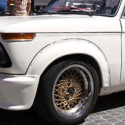 Ronal  Felge in 7x15 ET 12 mit Hankook  Reifen in 195/50/15 montiert vorn mit 50 mm Spurplatten und mit folgenden Nacharbeiten am Radlauf: massive Aufweitung Hier auf einem Oldtimer BMW 1502-2002TII 2002 (Limousine) Details zum Fahrzeug / Besitzer