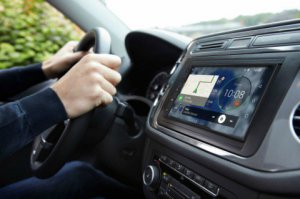 BMW-News-Blog: Parrot_RNB6__Nachruest-Navigation_ermoeglicht_Android_Auto_und_Apple_CarPlay